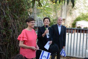 Isolde und Daniel Müller mit Israel-Fähnhen in der Hand zusammen mit Irene Pollak-Rein von der Jerusalem Foundation