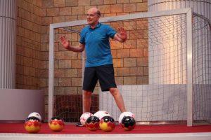 Daniel Müller im Trikot steht im Fußballtor mehrere Fußbälle vor dem Tor Das Spiel deines Lebens Missionswerk Karlsruhe