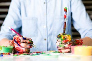 Männerhände mit Pinseln in der Hand und voller Farbe Missionswerk Karsruhe Ermutigung der Woche Gestalte dein Leben