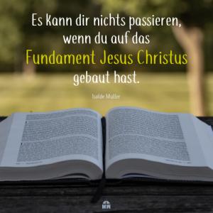 Missionswerk Karlsruhe Ermutigung der Woche Fundament oder Sand draußen liegt eine aufgeschlagene Bibel auf einem Holztisch