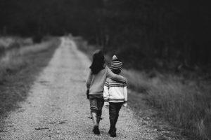 Missionswerk Karlsruhe Ermutigung der Woche Einfach da sein Kinder spazieren auf einem Waldweg