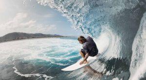 Surfer in einer großen Wellen blauer Ozean Männertag Riskante Sehnsucht