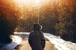 Missionswerk Karlsruhe Ermutigung der Woche Geh mit Jesus Mann spaziert auf schneebedeckter Straße