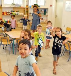 Fröhliche Kinder lächeln in die Kamera