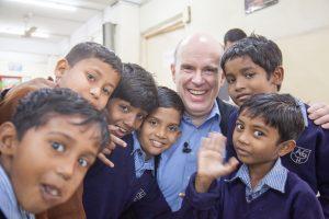 Daniel Müller inmitten von indischen Jungs in Schuluniform