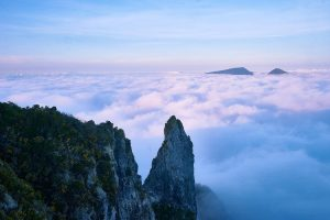 Missionswerk Kalrsruhe Ermutigung der Woche Nach vorne schauen Bergspitzen über Wolkenfelder