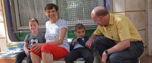 Daniel und Isolde Müller sitzen in einem Kindergarten in Jerusalem 52. Kindergartenprojekt vom Missionswerk Karlsruhe