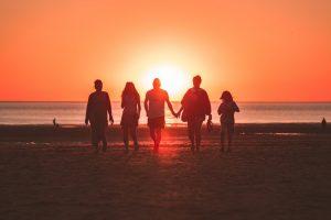 Missionswerk Karlsruhe Ermutigung der Woche Himmelslichter in der Welt Menschen am Strand bei Sonnenuntergang