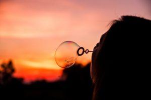 Missionswerk Karlsruhe Ermutigung der Woche Verändere deinen Alltag Seifenblasen bei Sonnenuntergang