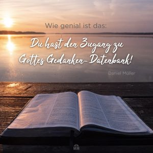 Missionswerk Karlsruhe Ermutigung der Woche Nimm Gottes Perspektive ein aufgeschlagene Bibel auf einem Steg am See