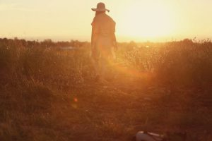 Missionswerk Karlsruhe Ermutigung der Woche Lass dich neu ausrichten Frau auf einem Feldweg bei Sonnenuntergang