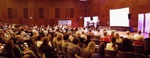 Menschenmenge in Vortragssaal Missionswerk unterwegs Ulm