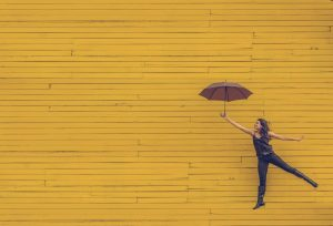 Frau an fliegendem Regenschirm Missionswerk Karlsruhe Ermutigung der Woche Das beliebte Richterspiel