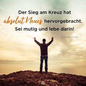 Mann auf Berg mit ausgestreckten Armen Missionswerk Karlsruhe Ermutigung der Woche Gott schafft etwas Neues