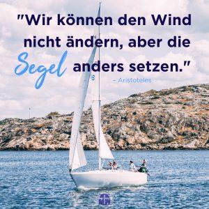 weißes Segelboot auf dem Meer Missionswerk Karlsruhe Ermutigung der Woche Voll im Wind