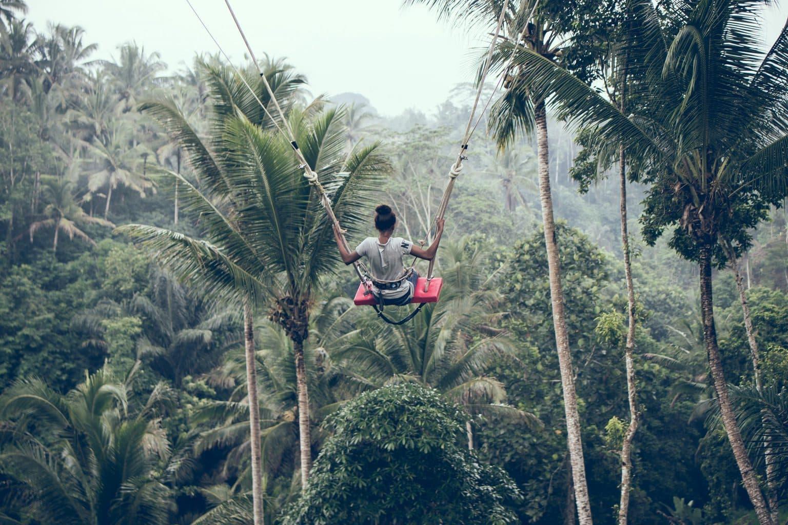 Frau auf Schaukel im Dschungel Missionswerk Karlsruhe Ermutigung der Woche Ein neuer Tag