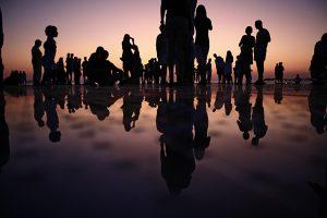 Menschen laufen bei Sonnenuntergang im flachen Wasser Ermutigung der Woche Wissen oder erleben Missionswerk Karlsruhe