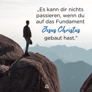 Mann steht auf Berggipfel Fundament oder Sand Ermutigung der Woche Missionswerk Karlsruhe