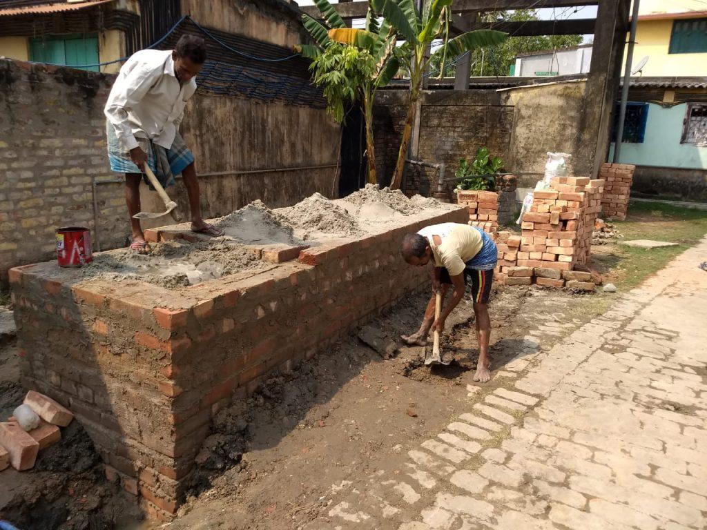 der erste Biosandfilter für ein ganzes Dorf vom Missionswerk Karlsruhe entsteht in der Nähe von Kalkutta