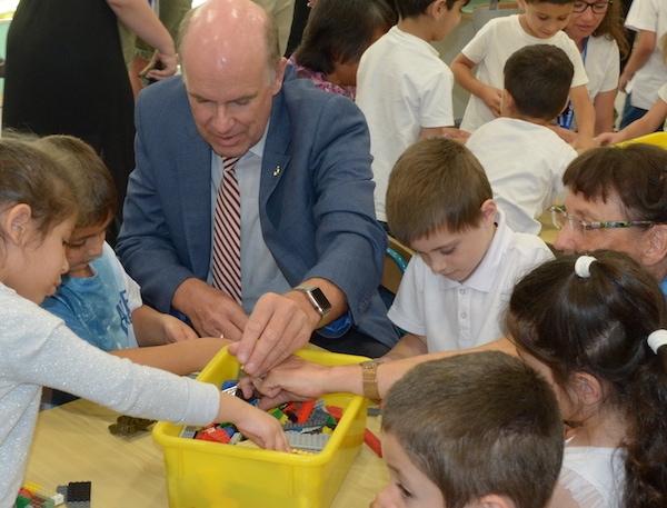 Daniel und Isolde Müller bei der Einweihung vom 52. Kindergartenprojekt