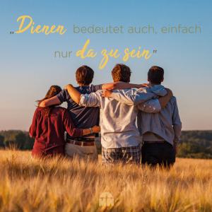 Jugendliche umarmen sich auf einem Feld Einfach da sein Ermutigung der Woche Missionswerk Karlsruhe