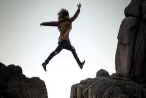 Frau springt über eine Klippe Fürchtet euch nicht Ermutigung der Woche Missionswerk Karlsruhe