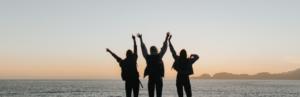 Menschen auf einem Felsen am Meer Ändere die Kultur deines Handelns Ermutigung der Woche Missionswerk Karlsruhe