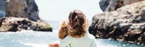 Kinder umarmen sich am Strand Die 3 Veränderungswunder Ermutigung der Woche Missionswerk Karlsruhe