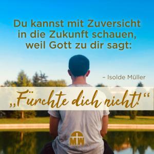 Junge sitzt am See Schau mit Zuversicht in die Zukunft Ermutigung der Woche Missionswerk Karlsruhe