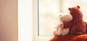 zwei Teddys umarmen sich was hilft in Coronazeiten