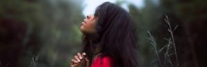 Betende Frau schaut nach oben Gott hört Ermutigung der Woche Missionswerk Karlsruhe