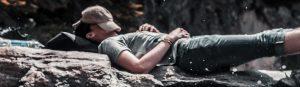 Ein Mann macht auf einem Felsen ein Nickerchen Gönn dir eine Pause Ermutigung der Woche Missionswerk Karlsruhe