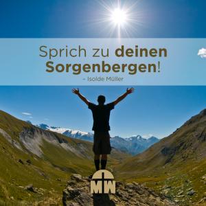 Mann steht mit erhobenen Händen in den Bergen Sprich zu diesem Berg Ermutigung der Woche Missionswerk Karlsruhe