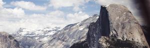 Mann steht mit erhobenSchneebedeckte Berge Sprich zu diesem Berg Ermutigung der Woche Missionswerk Karlsruhe