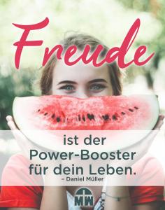 Frau hinter einem Stück Wassermelone Mangelnde Freude lädt die Not ein Ermutigung der Woche Missionswerk Karlsruhe