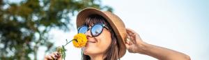 Frau im Blumenfeld Gottes Fülle für dich Ermutigung der Woche Missionswerk Karlsruhe