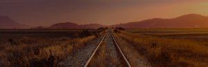 Bahngleise im Abendlicht Bleib nicht auf halbem Weg stehen Ermutigung der Woche Missionswerk Karlsruhe