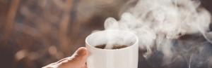 Heißer Kaffee in der Hand bei Morgensonne Hat Gott wirklich gesagt? Ermutigung der Woche Missionswerk Karlsruhe