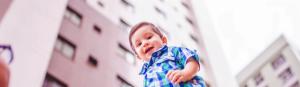 Getragenes Kind vor Hochhäusern Dein Reich komme – dein Wille geschehe Ermutigung der Woche Missionswerk Karlsruhe