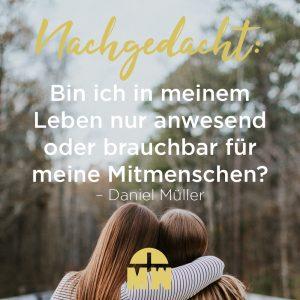 Zwei sich umarmende Frauen Anwesend oder brauchbar Ermutigung der Woche Missionswerk Karlsruhe