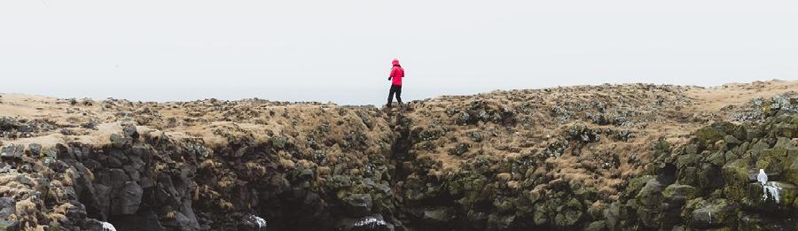 Wanderer auf einer Klippe Vertraue Jesus Ermutigung der Woche Missionswerk Karlsruhe