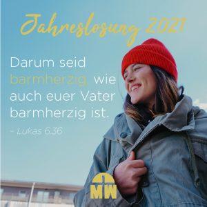 Frau vor blauem Himmel Barmherzig Ermutigung der Woche Missionswerk Karlsruhe