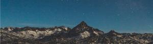 Nachthimmel über Bergen In Gottes Hand Ermutigung der Woche Missionswerk Karlsruhe