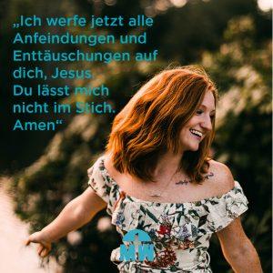 Tanzende rothaarige Frau Anfeindungen standhalten Ermutigung der Woche Missionswerk Karlsruhe