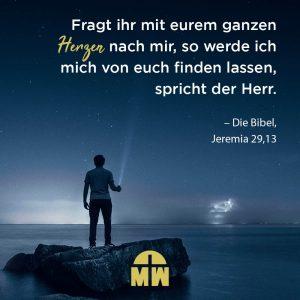 Mann leuchtet mit Taschenlampe in den Himmel Gottes Nähe suchen Ermutigung der Woche Missionswerk Karlsruhe