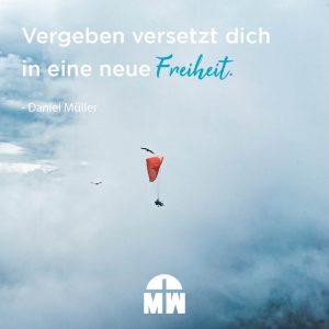 Paraglider in den Wolken Vergeben versetzt dich in eine neue Freiheit Ermutigung der Woche Missionswerk Karlsruhe