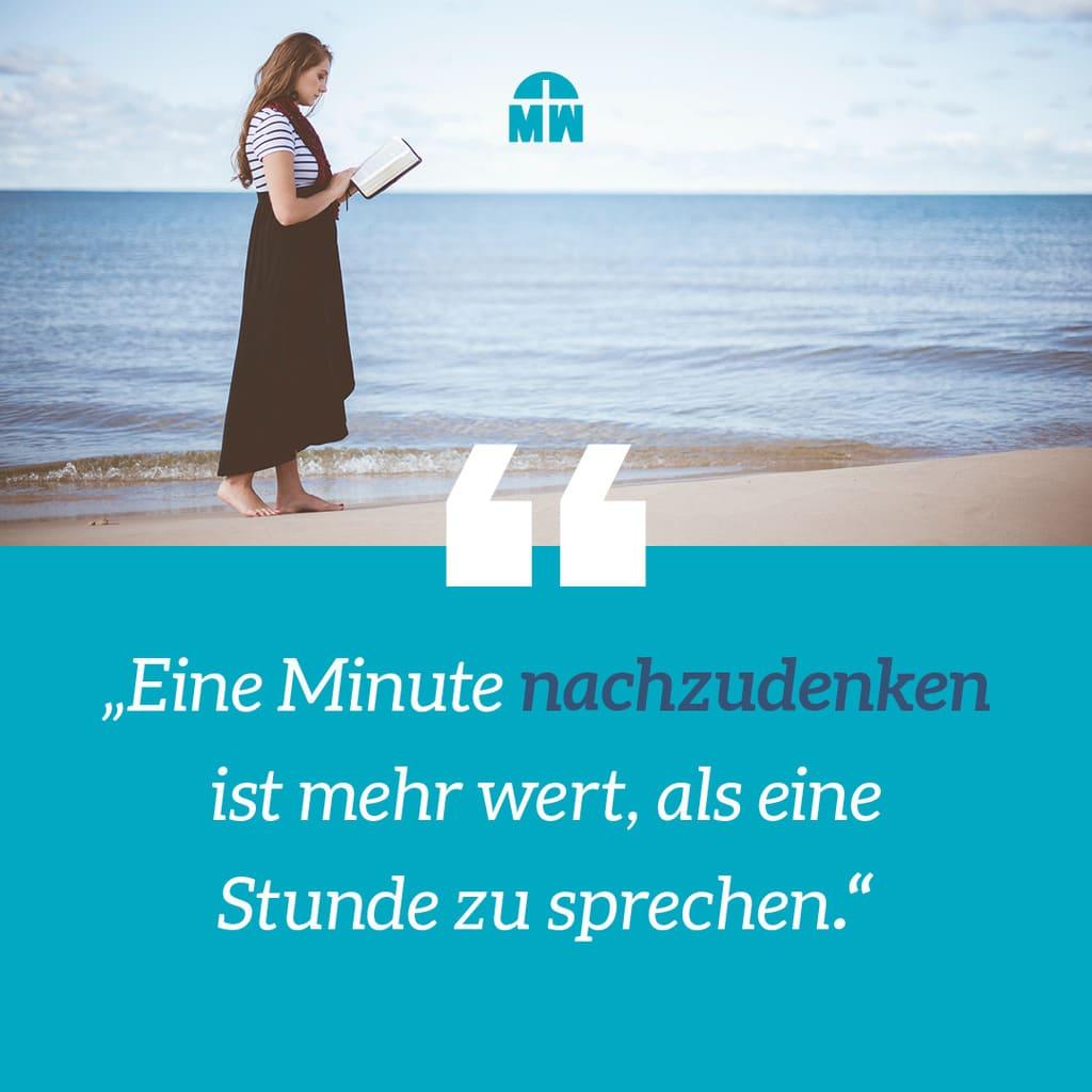Frau liest Buch am Wasser Nimm dir Zeit zum Nachdenken Ermutigung der Woche Missionswerk Karlsruhe